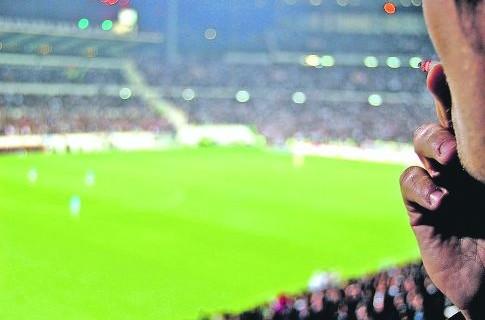 РФС запретит болельщикам курить на стадионах