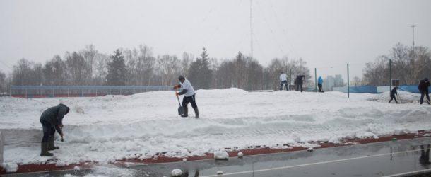 Болельщики «Сахалина» вышли расчищать стадион «Космос» от снега