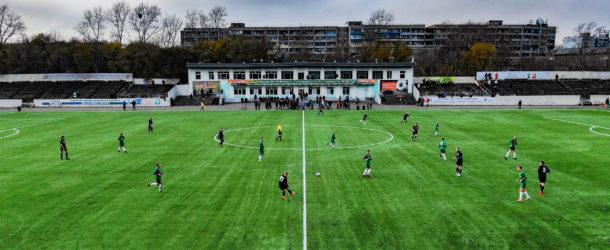 На комсомольском стадионе «Строитель» постелили новое искусственное поле